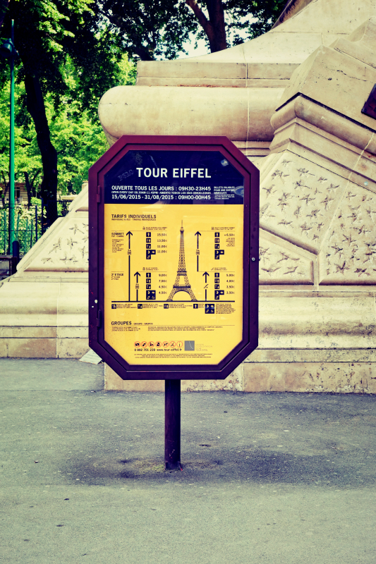 eiffel schild hoch - Paris - ein Kurzeindruck