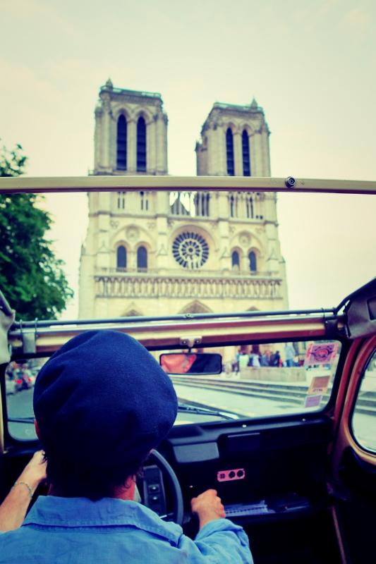 ente tour notre - Paris - 4 roues sous 1 parapluie