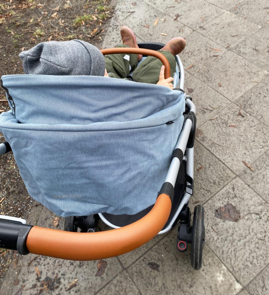 adorra fahren 933x1024 - Maxi-Cosi Adorra Kinderwagen
