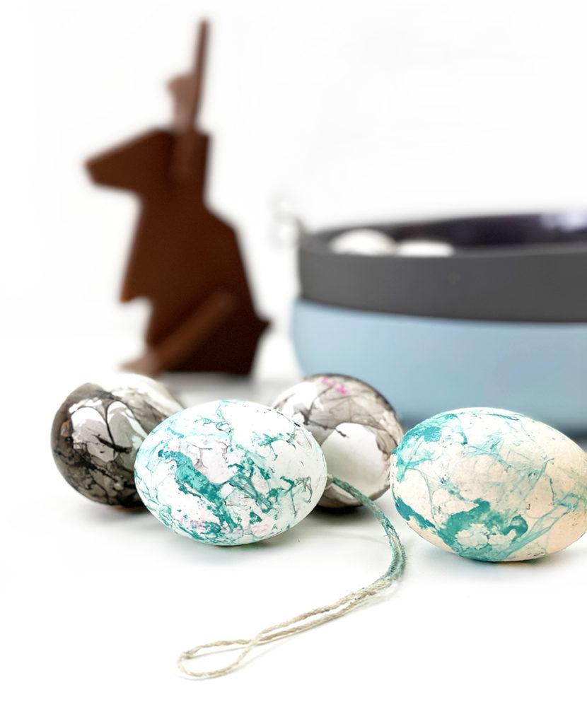 marmor hase hoch kl 830x1024 - Ostereier färben - 3 einfache Trends zum Selbermachen